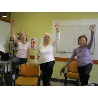 Cvičení na židlích se skupinou seniorek