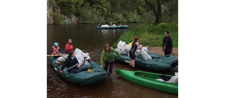 Turistická sezóna dala přírodě zabrat, odpadky se ale jen tak samy neuklidí